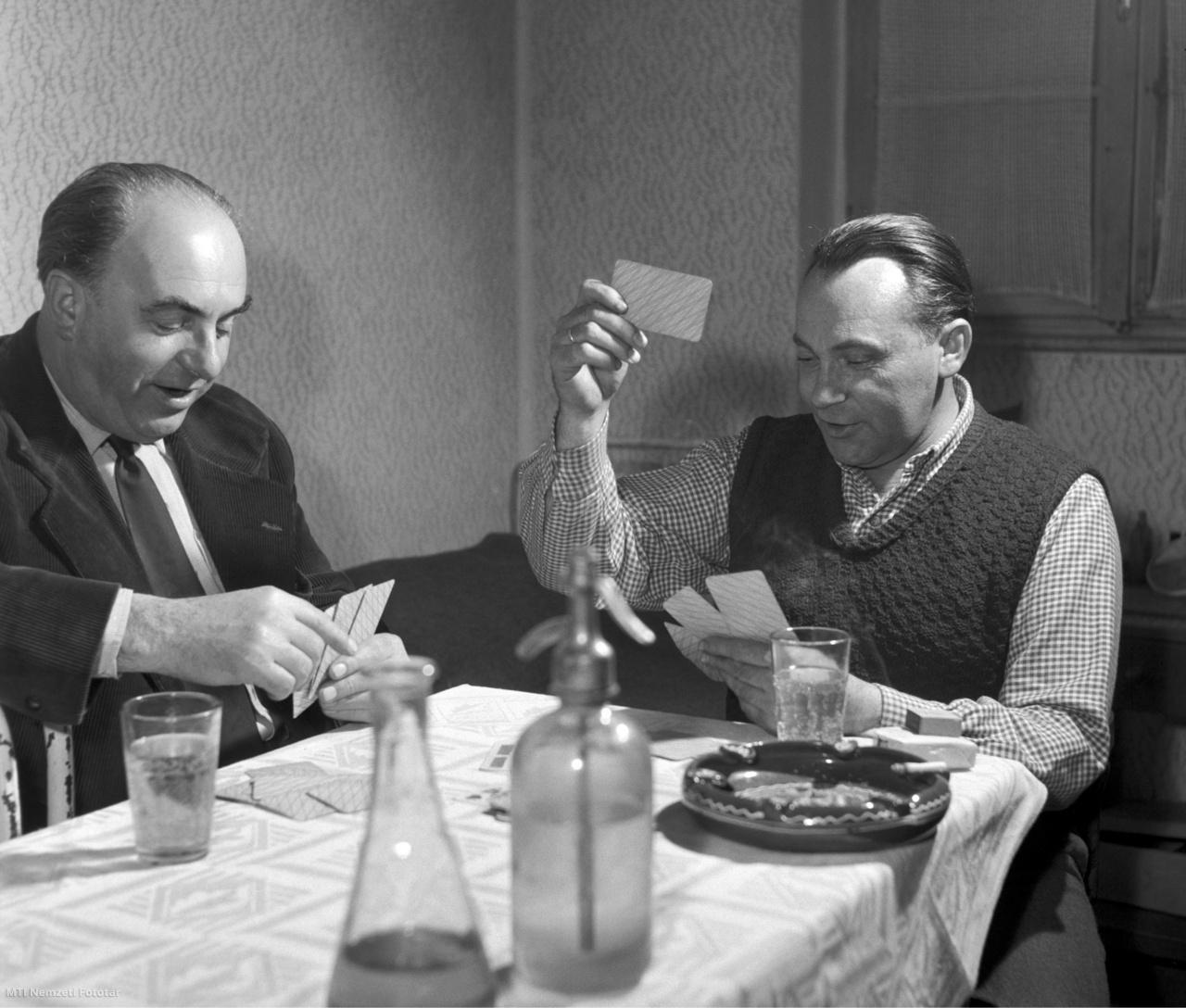 Pomáz, 1958. február 23. Két férfi kártyázik a csikóváraljai turistaházban