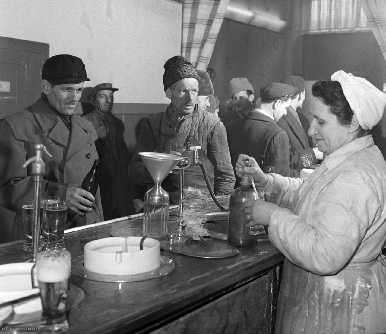 Budapest, 1959. február 13. Szódát spriccel a borhoz a csapos asszony Buda első, Mészáros utcai fehér terítékes kiskocsmájában