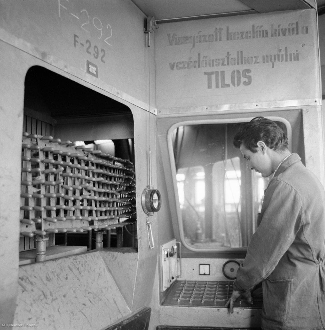 Répcelak, 1965. július 7. Automata gépen elektrosztatikus úton festik a háztartásokban a szódavíz (szikvíz) készítésére használt szódásszifonpatronokat a Répcelaki Szénsavgyárban. A július elejétől gyártott, festett szén-dioxid-patronok nem rozsdásodnak. Technológiai újítással sikerült 98 százalékos tisztaságú szénsavat is előállítani, amivel megszűnt a szén-dioxid kellemetlen mellékíze