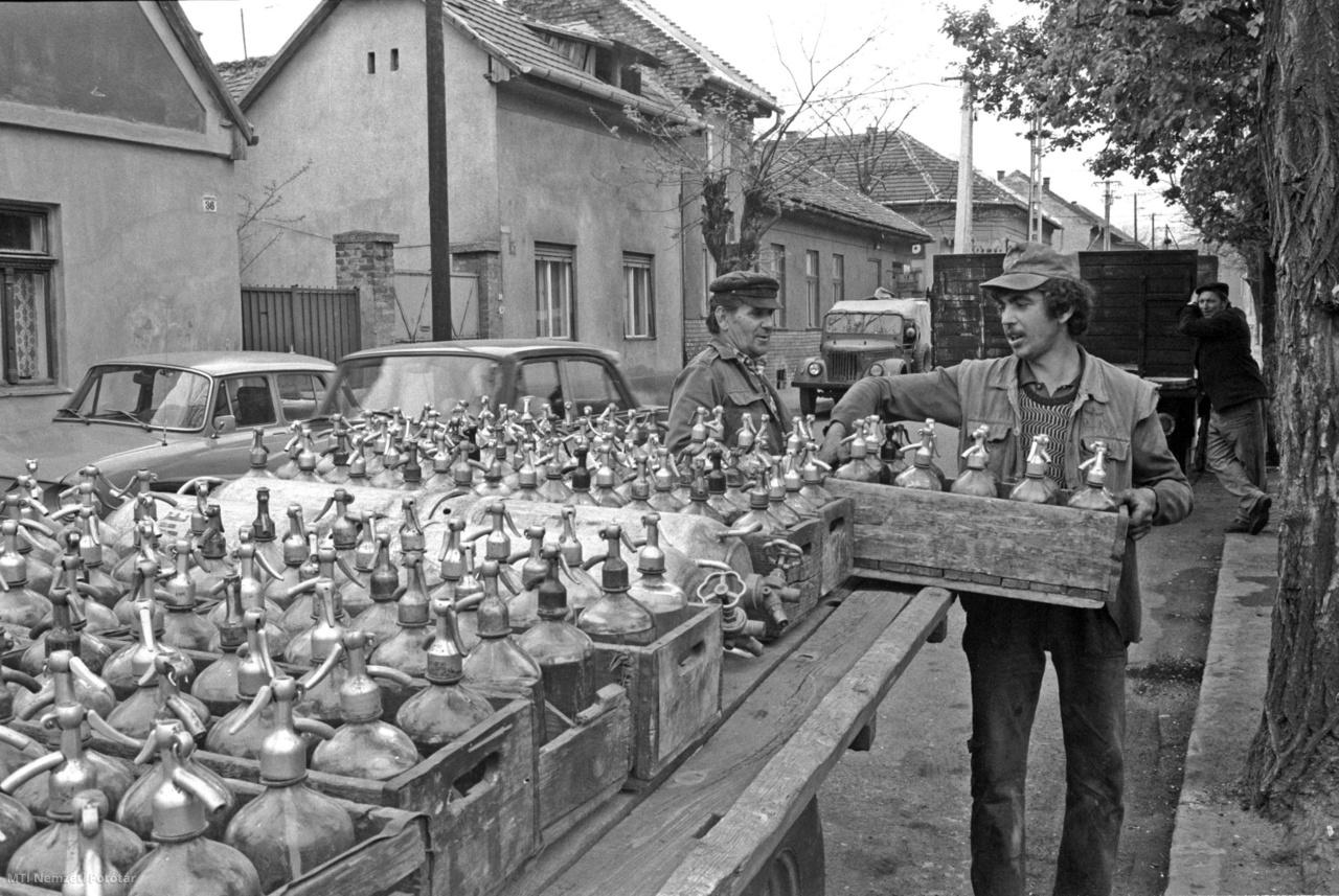 Budapest, 1982. május 7. Thuróczy Gyula szódás (b) Rákospalotán. Tíz éve készíti a szikvizet. Az egyszemélyes üzemben száz évvel ezelőtt is szódát gyártottak kézi meghajtású gépen, ma naponta négy-ötszáz literes üveget tölt meg a mester. Budapesten már csak néhány helyen foglalkoznak üveges szódavíz gyártásával