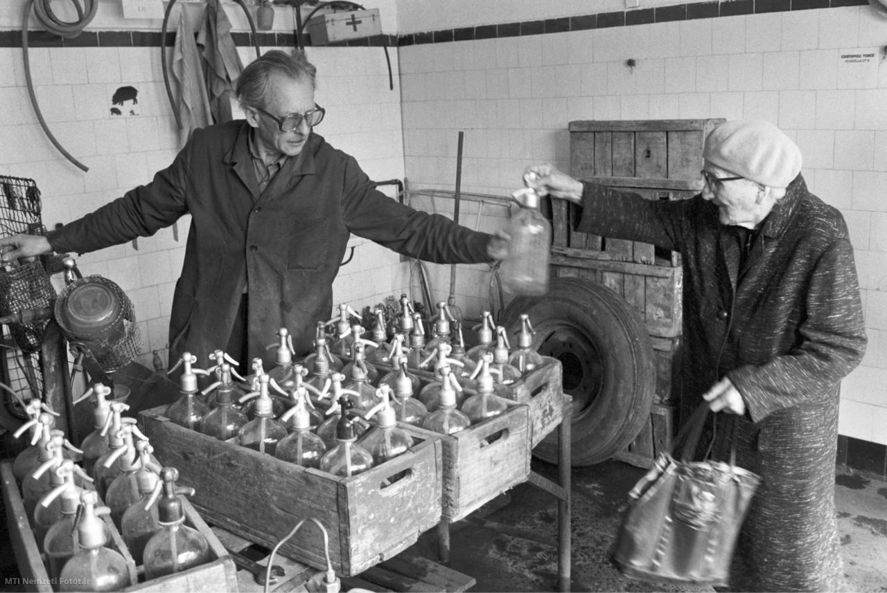 Budapest, 1982. május 7. Idős asszony szódavizet vásárol Thuróczy Gyula szikvízgyártó kisiparos boltjában Rákospalotán, a XV. kerületben