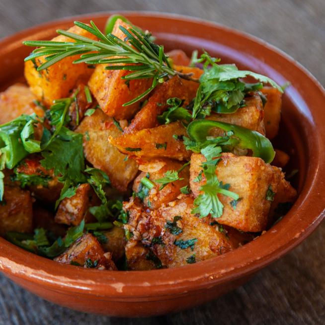 Így készül a libanoni sült krumpli: chilivel, zöldfűszerrel és lime-mal ízesítik