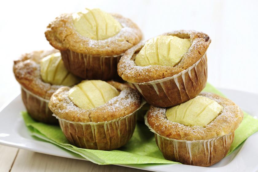 A muffinnal mindig biztosra mehetsz, ráadásul egyszerű és gyors. Ősszel az almás változat kihagyhatatlan. A lágy kevert tésztába nagyobb almadarabot is tehetsz, sőt fehér csokival is feldobhatod. A tészta sokáig nem szárad ki.