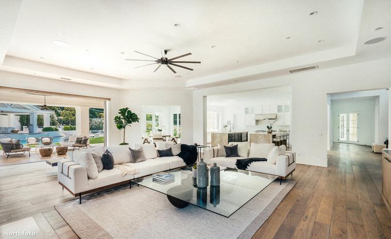 Látott már valaha ilyen tágas nappalit?