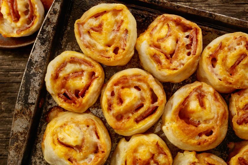 Sonkás-sajtos pizzatekercsek kelt tésztából: így lesz foszlós a kelt tészta