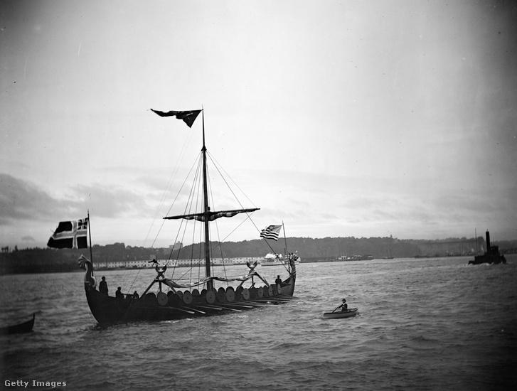 Fénykép egy rekonstruált viking hajóról, amely a koppenhágai kikötőben vitorlázik 1933-ban