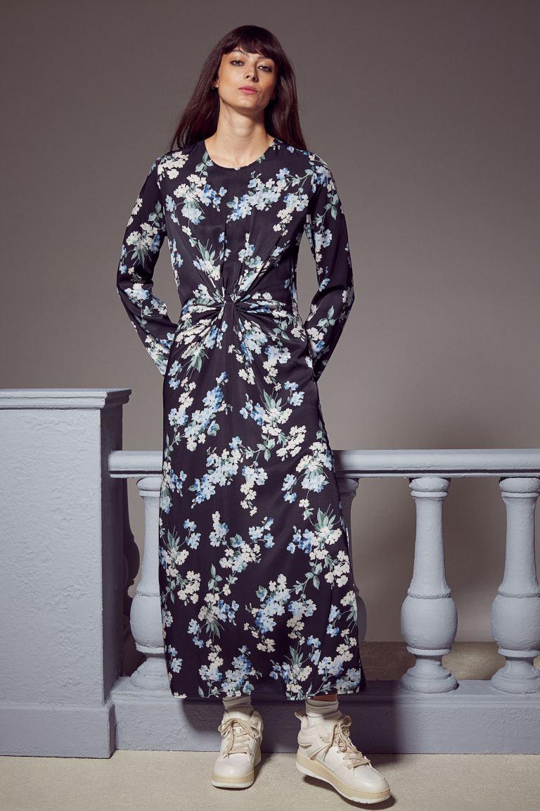A H&M virágos egészruhája csomózott derékrészének és hosszúságának köszönheti karcsúsító, nyújtó hatását. 9295 forintért vásárolhatod meg.