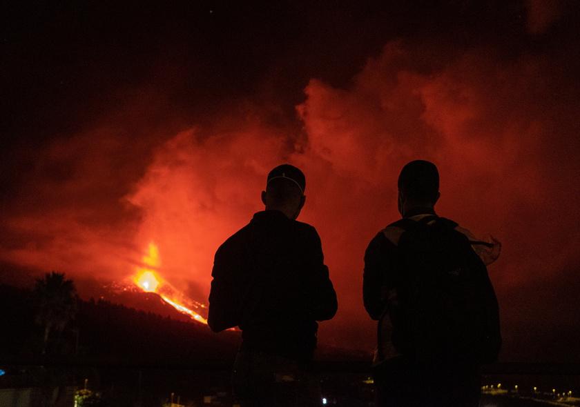 Izzó lávát lövell ki a Cumbre Vieja tűzhányó a Spanyolországhoz tartozó kanári-szigeteki La Palma szigetén. A fotó 2021. október 5-én készült.