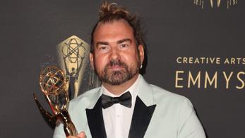 Átvette az Emmy-díjat, aztán három héttel később az oltás ellenére meghalt a fodrász-sminkmester