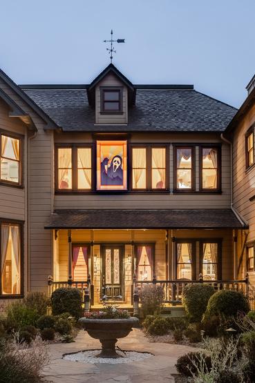 A ház valójában a californiai Tomales-béli Petaluma Roadon található. Területe 4900 négyzetméter, értéke 2 millió 800 ezer dollár, azaz 863 millió forint.