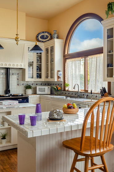 A konyha szinte teljesen úgy néz ki, mint 25 évvel ezelőtt. Még a tűzhely fölötti csempe is ugyan az.