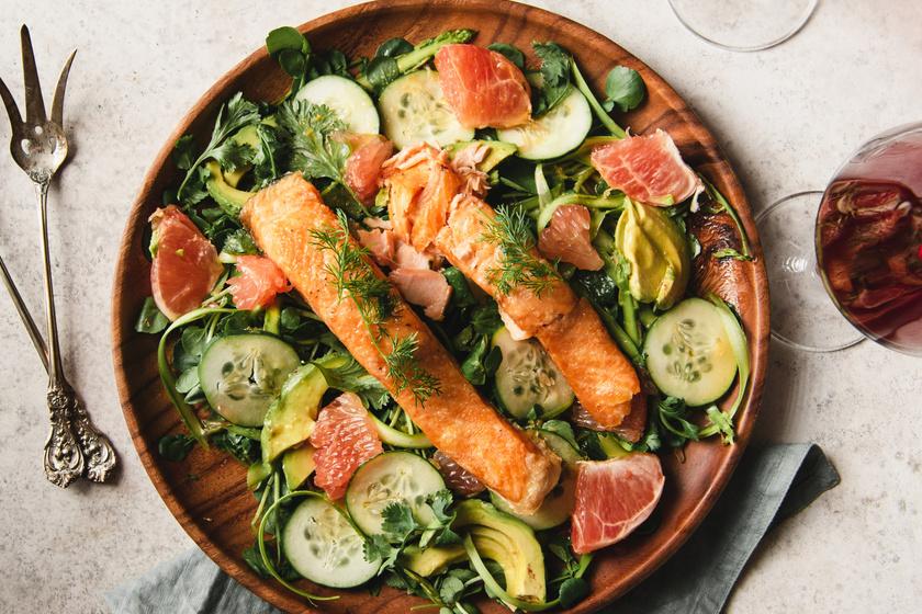 A halak nagyon jó omega-3 zsírsavforrások, amelyek csökkentik a szív- és érrendszeri megbetegedések kockázatát, enyhítik a gyulladásokat és erősítik az immunrendszert. Pirítsd meg a lazacot (de más halfajtát is választhatsz) egyik majd másik oldalon 4-4 percig, enyhén sózd és borsozd, majd dobj össze hozzá rostdús narancsos-céklás salátát.