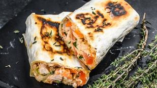 Spenótos-édesburgonyás wrap: egy nagy adag olvadt sajtot se hagyj ki belőle!