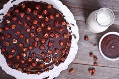 Házi csokitorta roppanós török mogyoróval: az alapja pihe-puha piskóta