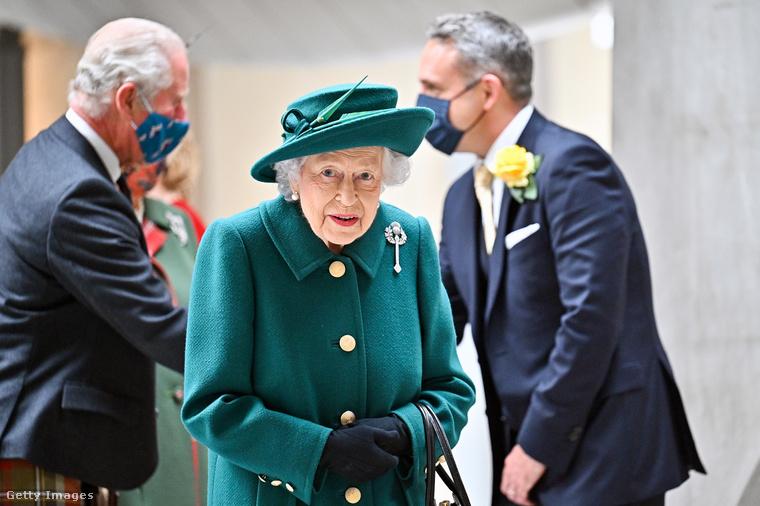 A királynő színes ruhatára, kis táskája és cipői messze földön híresek