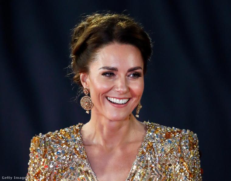 Katalin hercegné arany estélyiben ragyogott a James Bond-film premierjén - itt sem ért a férjéhez