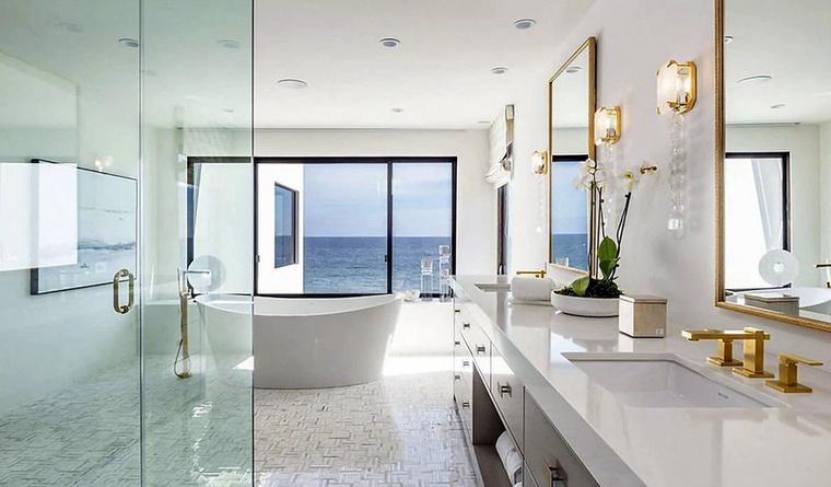 Ez a fürdőszoba hatalmas! Szívesen belesüppednénk abba a kádba.