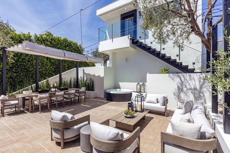 Ha szeretne még ehhez hasonló rezidenciákról képeket nézegetni, itt megteheti: kukkantson be Jennifer Lopez otthonába, de vessen egy pillantást Antonio Banderas luxusingatlanára is! Ez a lapozgató itt most véget ér