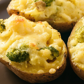 Brokkolival és sajttal töltött, krémesre sült krumpli: tartalmas vega főétel
