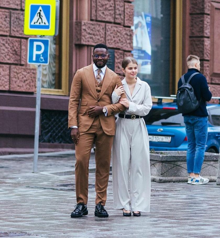 Elképesztően sikkes ez a fiatal pár. Mindketten elegánsak, divatosak, nem csoda, hogy kiszúrta őket a fotós.