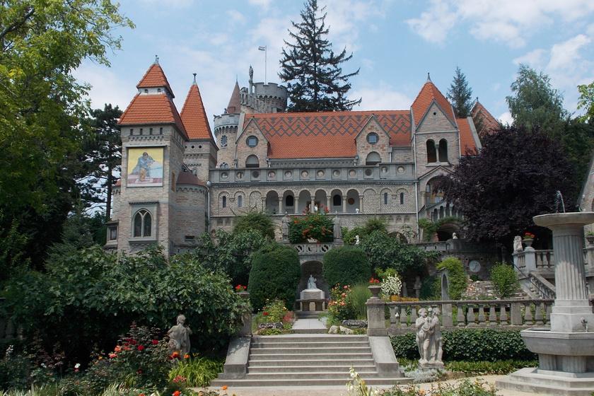 A vár mintegy 30 méter magas. Hét torony díszíti, és harminc helyiség található benne. Ezek közül három műterem. Bory 1923-tól 1959-es haláláig dolgozott a csodás épületen. Ezután, 1963-ig néhány zárómunkálatot végeztek el rajta.