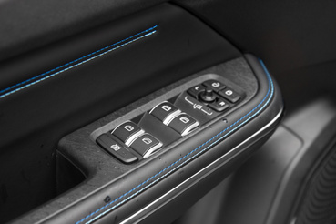 Az ablakemelő és a tükörállítás gombjai ha akarnák sem tagadhatnák le, hogy Volvo származékok