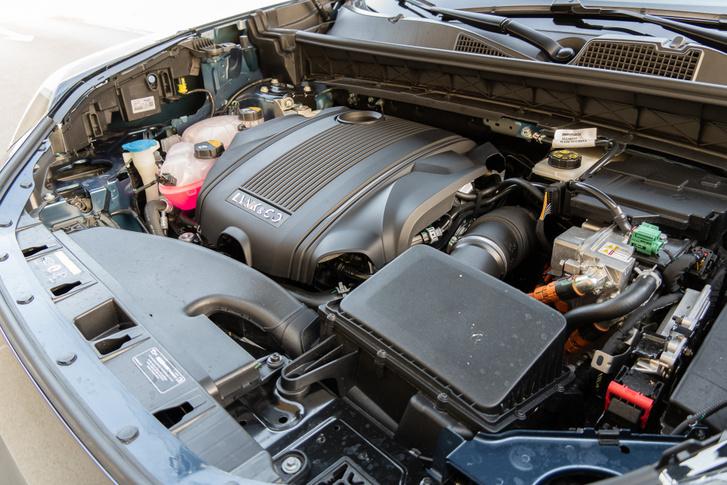 Volvo eredetű a háromhengeres, másfél literes, benzines turbómotor, mint ahogy hibrid hajtáslánc többi eleme is
