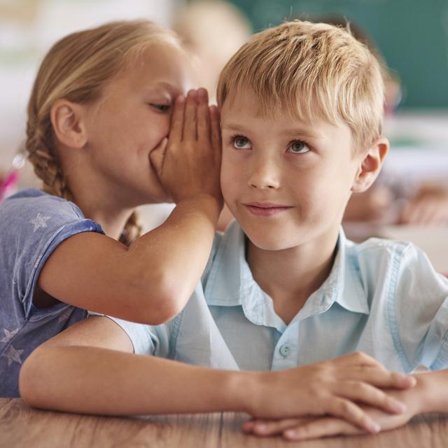 Megvizsgálták, hogyan fertőz a koronavírus az iskolákban és a munkahelyeken
