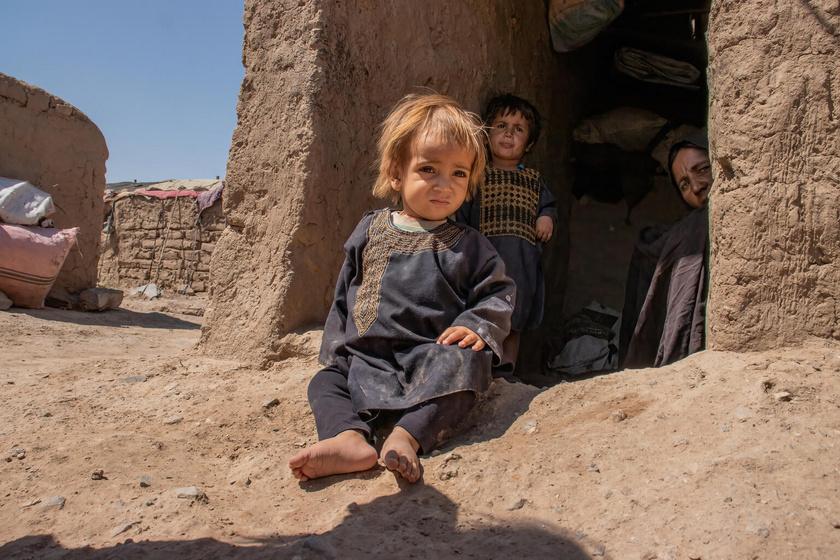 Az augusztusi tálib hatalomátvétel óta több tízezer gyermeknek kellett elhagynia otthonát. Többségük belső menekültként él átmeneti táborokban, sokszor biztonságos otthon, élelem, tiszta ivóvíz és egészségügyi ellátás nélkül.