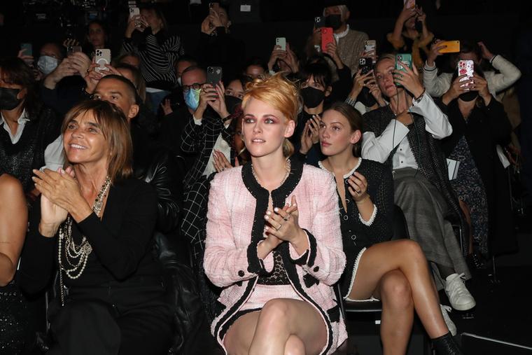 Kristen Stewart  évek óta jó kapcsolatot ápol a Chanel divatházzal, ha teheti, minden olyan eseményen ott van, ahol feltűnnek a cég újdonságai