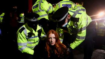 Letartóztatták, majd a fél rendőrőrs belájkolta a Tinder-profilját