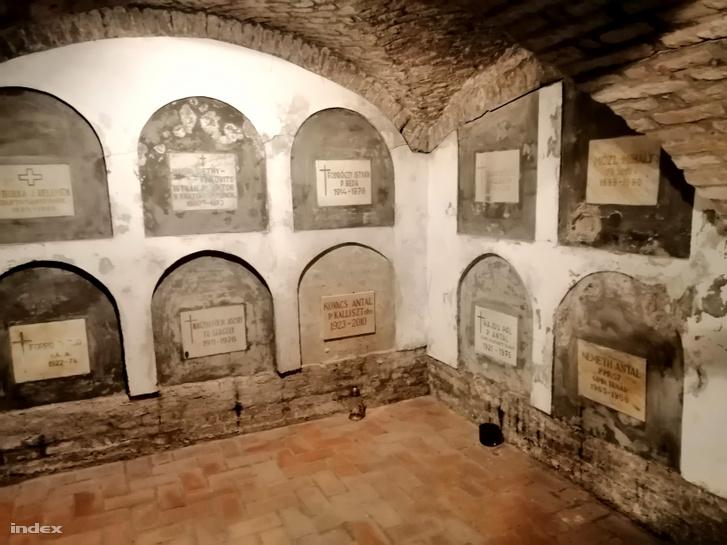A ferences Szent Anna templom sírkamrájának barátsírjai.