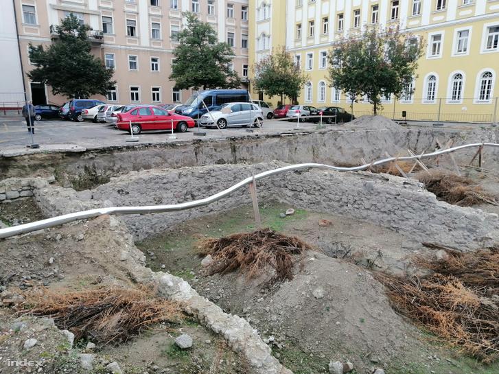 A ferences gimnázium udvarán feltárt középkori ispotály és zarándokház.