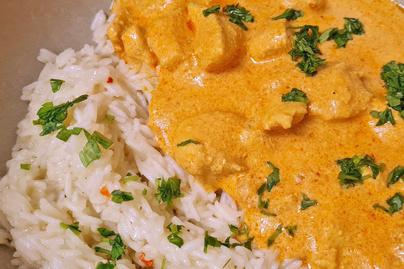 Illatos, fűszeres indiai vajas csirke: rizzsel és lepénykenyérrel az igazi