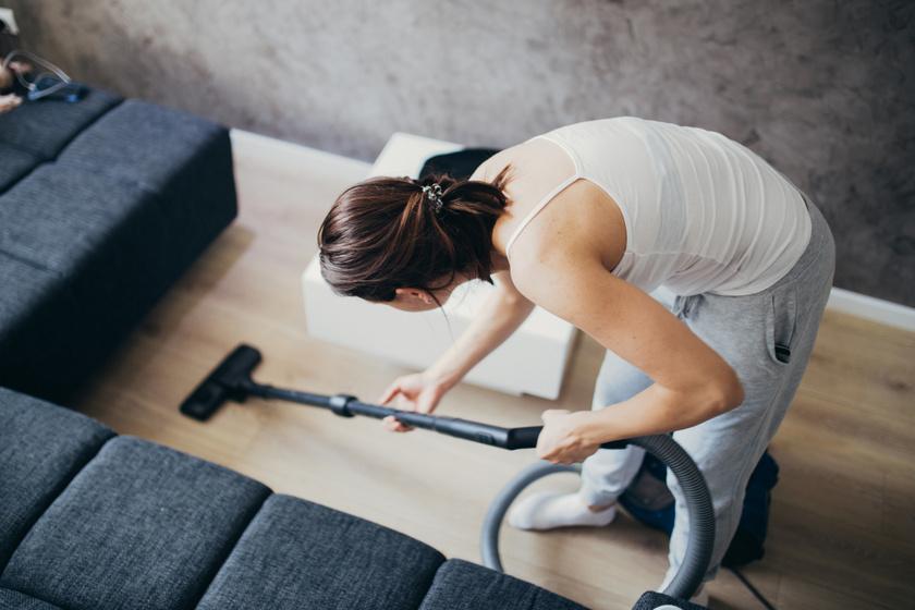 A hajolgatás előidézheti és ronthatja is a derékfájdalmat. Panasz esetén a házimunkák végzése során, söprés, porszívózás, felmosás közben is érdemes elkerülni. Ha a padlóról kell valamit felvenni, inkább a térdek hajlítása javasolt - feltéve, hogy a térdízületekkel nincs probléma.