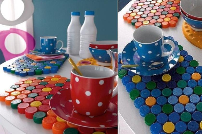 Ha vízálló ragasztó segítségével összeragasztasz elegendő mennyiségű műanyag kupakot, akkor egy színes étkező alátétet kapsz.