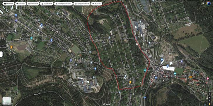 Johanngeorgenstadt a Google térképén, jelölve a bánya miatt                         elbontott rész