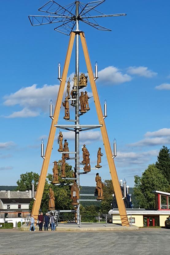 Ez is világrekord, 25 méteres karácsonyi piramid, történelmi                         alakokkal