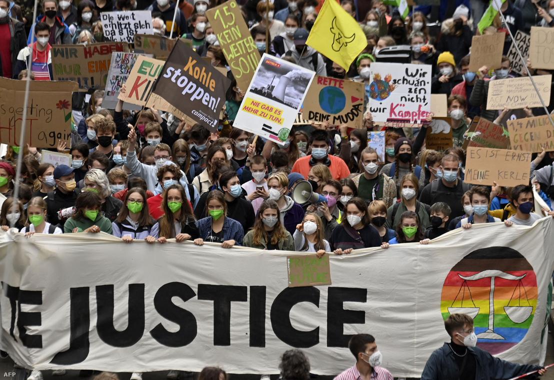 Aktivisták, köztük Greta Thunberg svéd klímaaktivista (k) és Luisa Neubauer német éghajlatvédelmi aktivista (k-b) vonulnak a Fridays for Future globális klímasztrájk során Berlinben 2021. szeptember 24-én