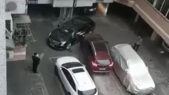 Ütközéssel szabadult ki csapdahelyzetéből a parkolóban körülzárt autós