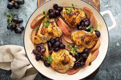 Fűszeres csirkecomb almával és szőlővel egybesütve: csodásan összeérnek az ízek a sütőben