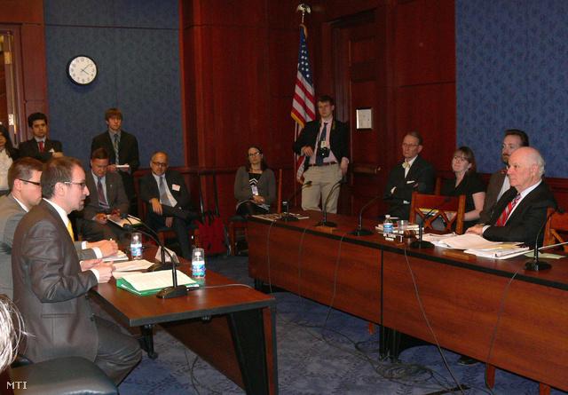Szájer József és Gulyás Gergely a bizottsági meghallgatáson