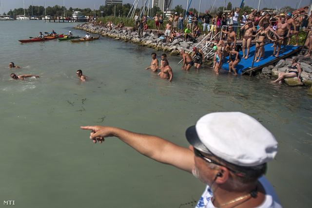 A 2012-es Balaton-átúszás rajtja a Hotel Uni strandjáról