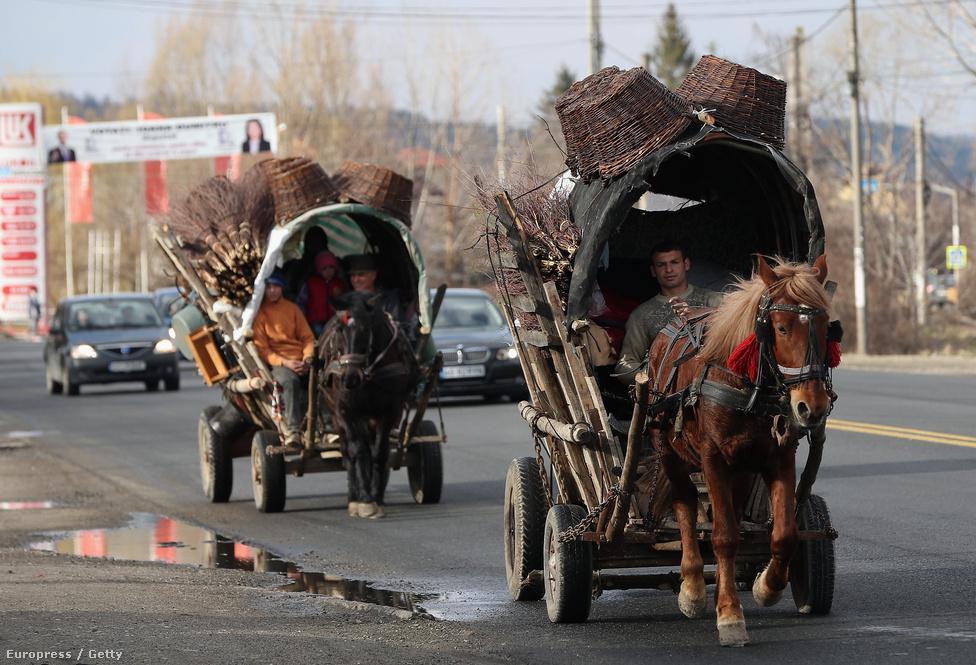 Szekérrel a főúton.  Erdélyen belül főleg Kolozsvár irányába tart a migráció.