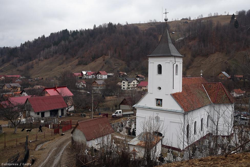 Ortodox templom Erdély déli részén.  A rendszerváltás óta ezrével épültek ortodox templomok állami támogatással. Az egyház szerepe az élet számos területén növekedett, ma is nagy a szerepük a vidéki közösségek összekovácsolásában.