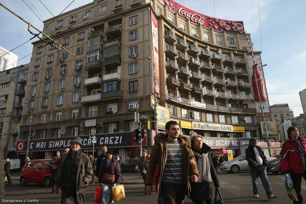Zsúfolt nap a bukaresti Piaţa Romană téren. Románia 2007-től az Európai Unió tagja, de még mindig nem tudni, mikor léphet be a többek között útlevél nélküli utazást biztosító schengeni övezetbe.
