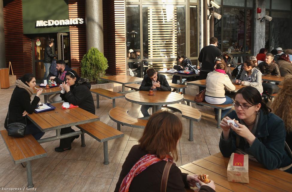 Ebédidő egy gyorsétteremben.  Míg sokan nyugatra költöznének, a nyugati életvitel beköltözött Romániába is.