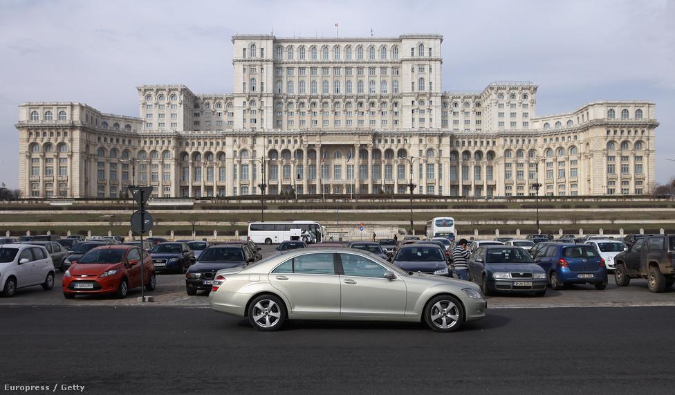 Nicolae Ceaușescu egykori román diktátor egyik palotája előtt.