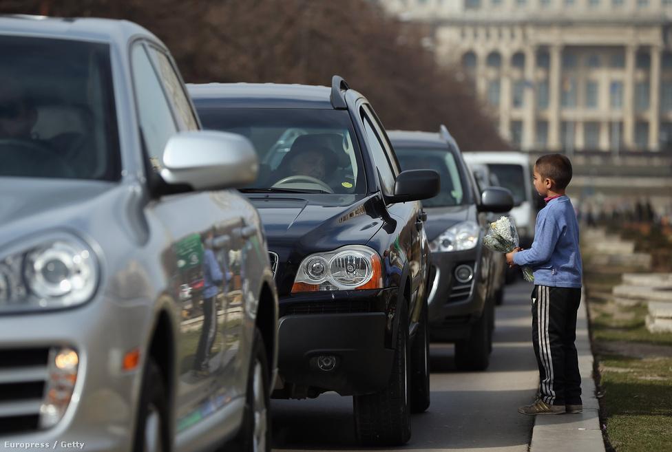 Egy roma fiú virágokat árul egy út mellett az autósoknak.  A rossz életkörülmények jelentik a kivándorlás egyik okát, a Nyugat-európai fizetések a diplomásokat és szakmunkásokat is egyformán vonzzák.
