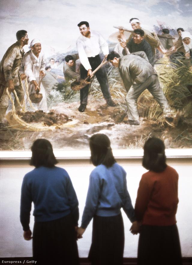 A múzeumokban a sztálinista művészetfelfogás klasszikus hagyományai köszönnek vissza: realista ábrázolása egy irreális ország dolgos mindennapjainak.